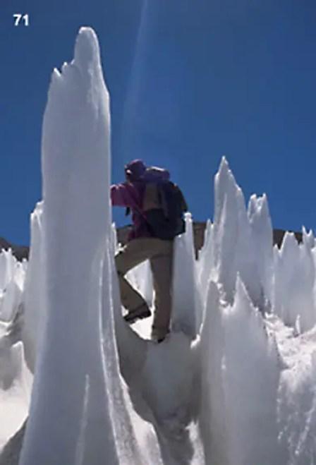 Hombre recorriendo un campo de hielos penitentes.
