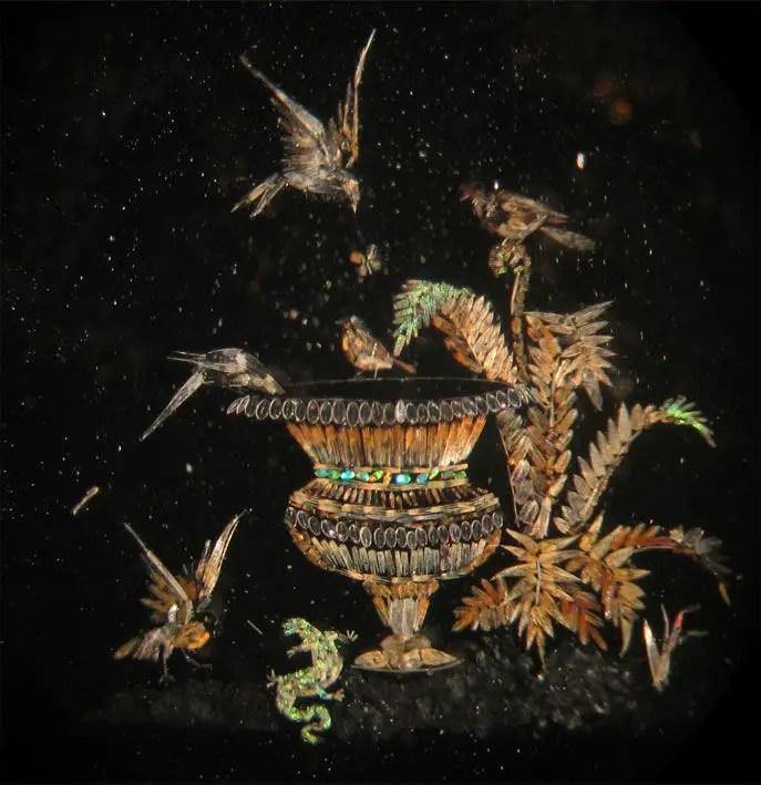 Motivo natural con varias aves y reptiles.