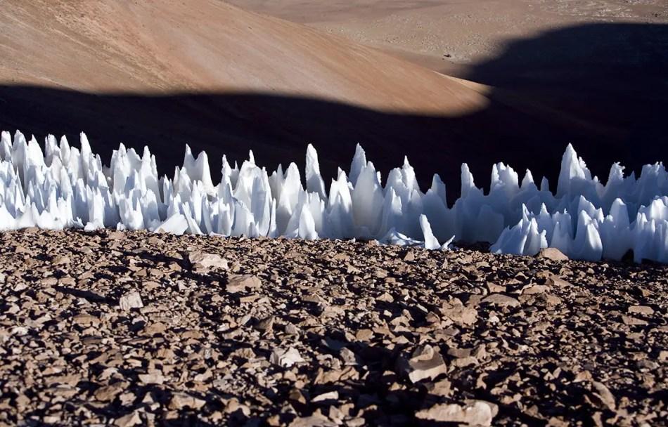 Hilera de hielos penitentes los cuales contrastan con el resto del paisaje arido andino.