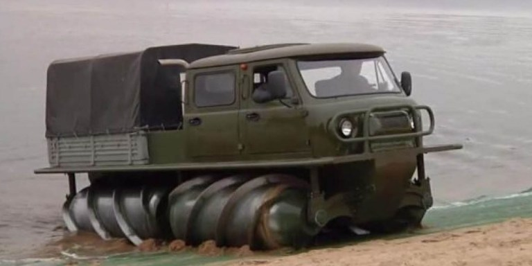 Imagen de un vehículo todo terreno ruso. saliendo de un río.