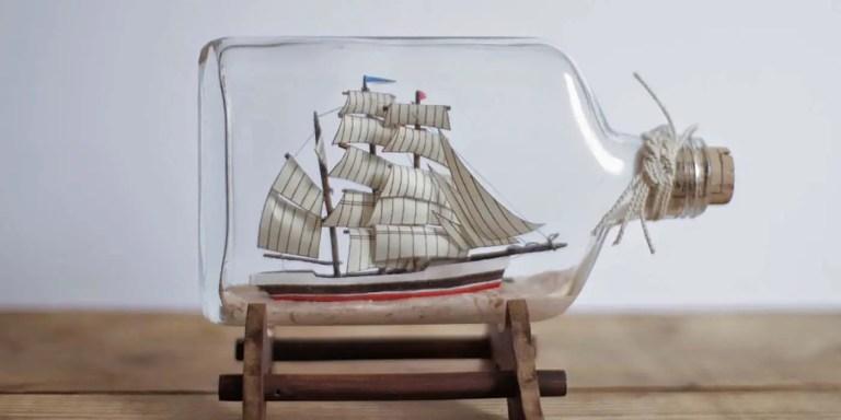 Barco dentro de una botella.