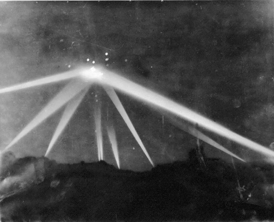Reflectores de luz durante la Batalla de Los Ángeles.