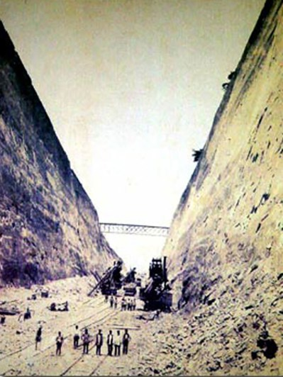 Imagen antigua del proceso de construcción del Canal de Corinto.