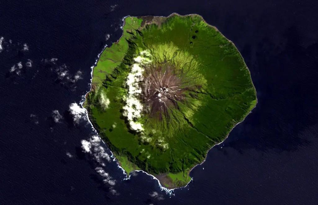 Vista aérea del gran volcán en el que se ubica el poblado más remoto del mundo.