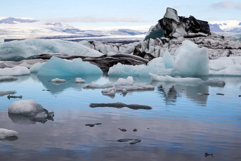 Detalle de los hielos gigantes y su contraste con las rocas de la playa.