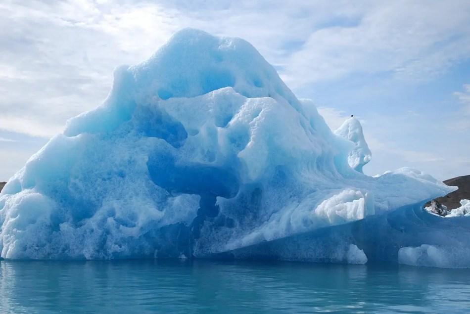 Gigantesco hielo formado en la playa de los hielos gigantes.