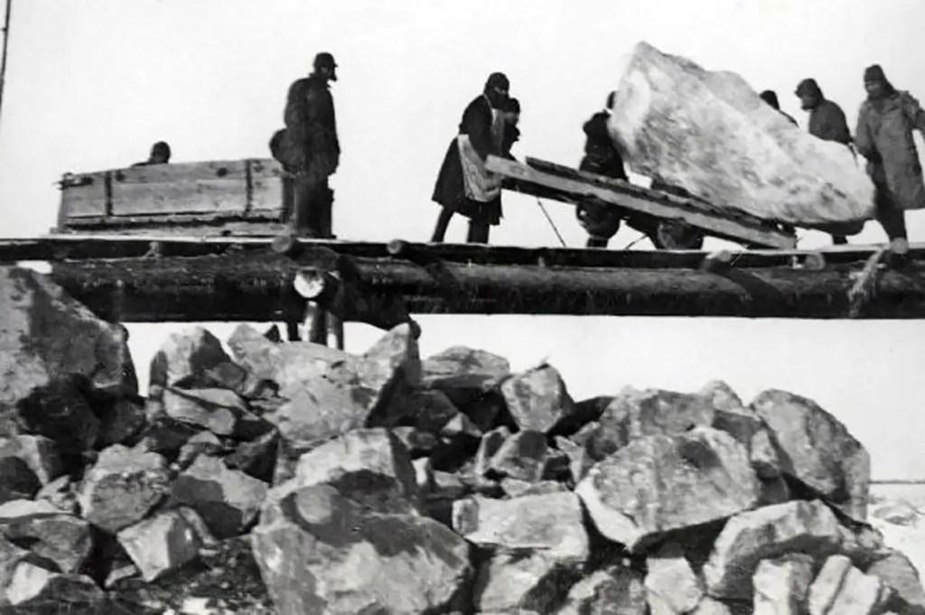 Prisioneros en Kolyma transportando rocas.