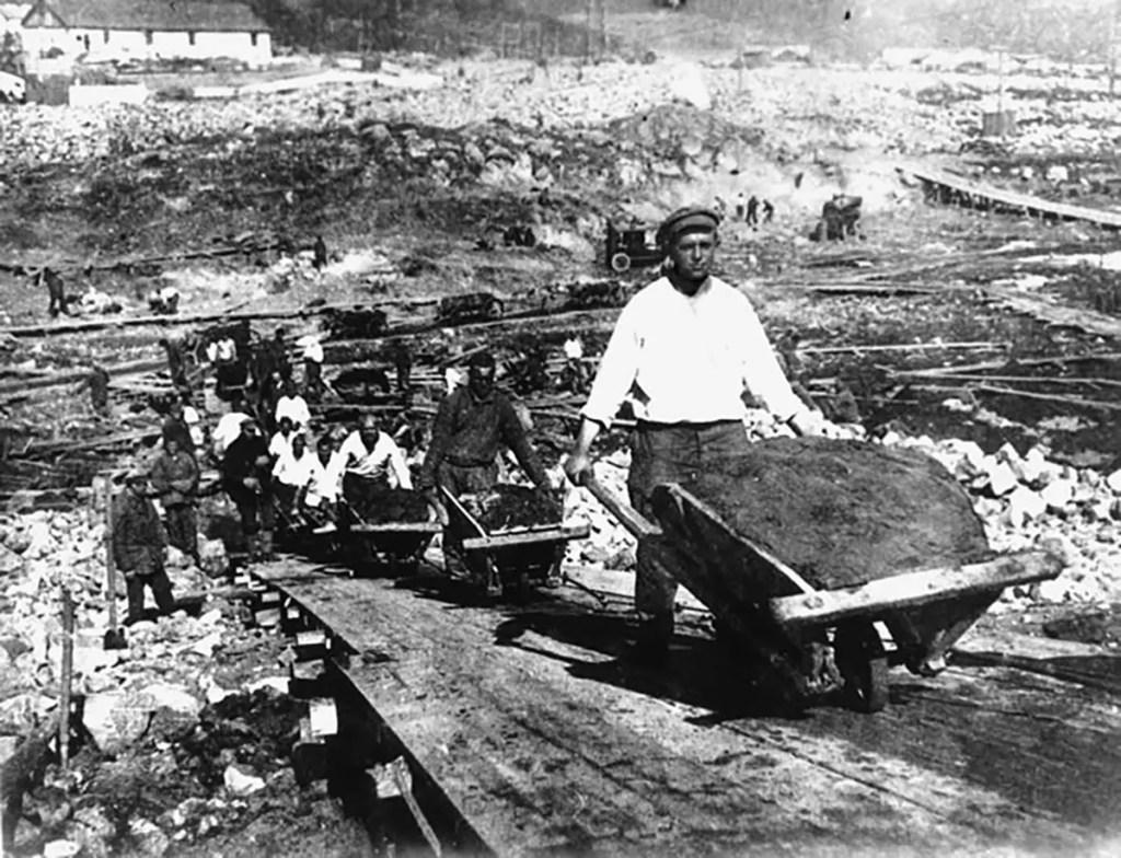 Prisioneros construyendo la autopista de Kolyma.