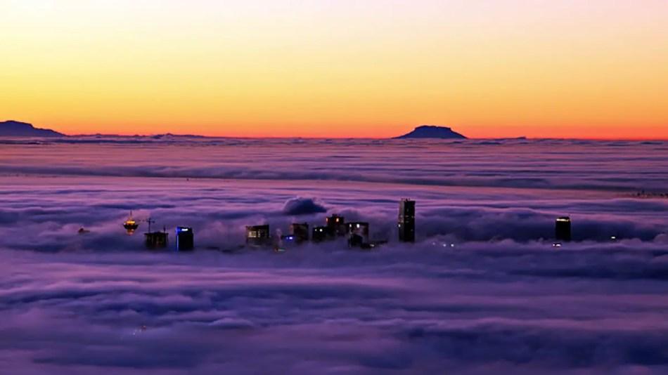 Rascacielos de la ciudad canadiense de Vancouver penetrar las nubes,