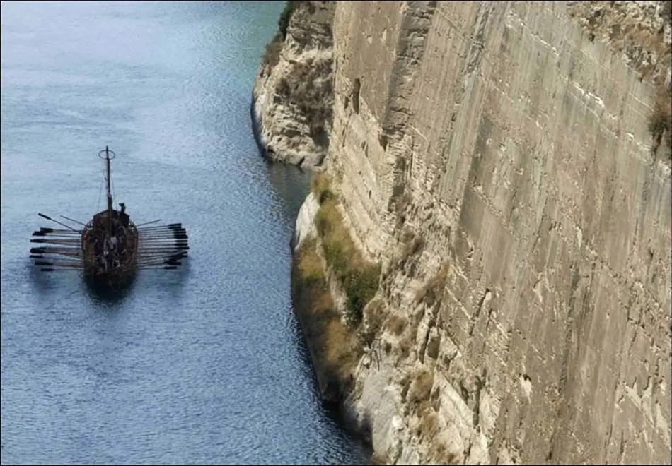 El Argos navegando por el Canal de Corinto.