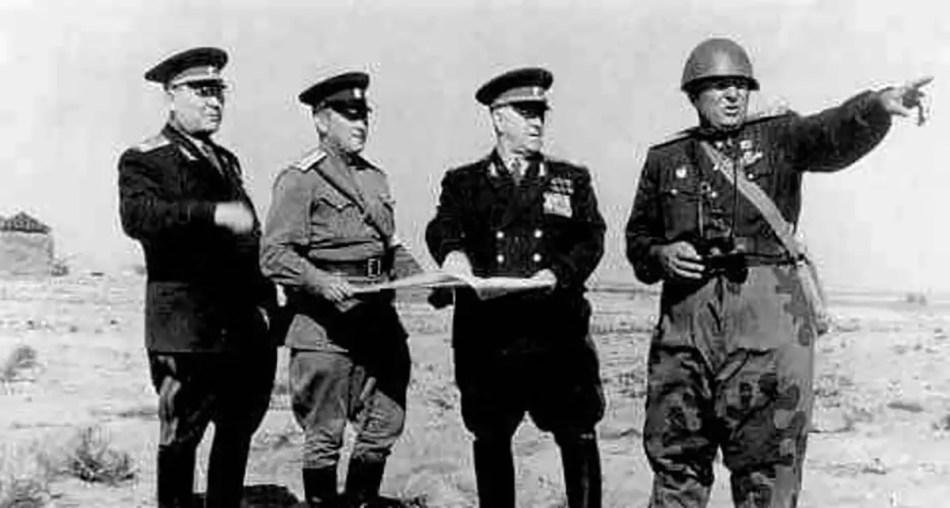 Georgi Zhukov y sus oficiales.