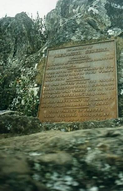 PLaca conmemorativa dejada en la isla Juan Fernández.