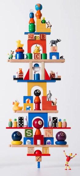 Torre de juguetes para niños perfectamente en equilibrio.