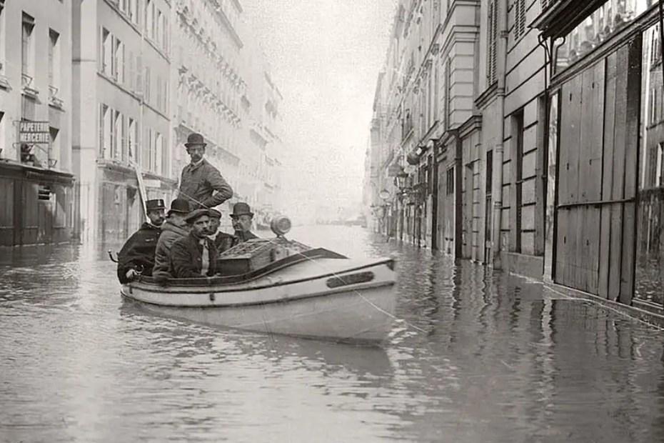 Parisinos recorriendo las calles de la ciudad en bote.