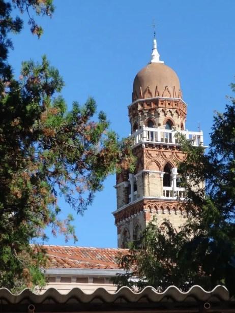 Detalle del campanario del cementerio de Venecia.