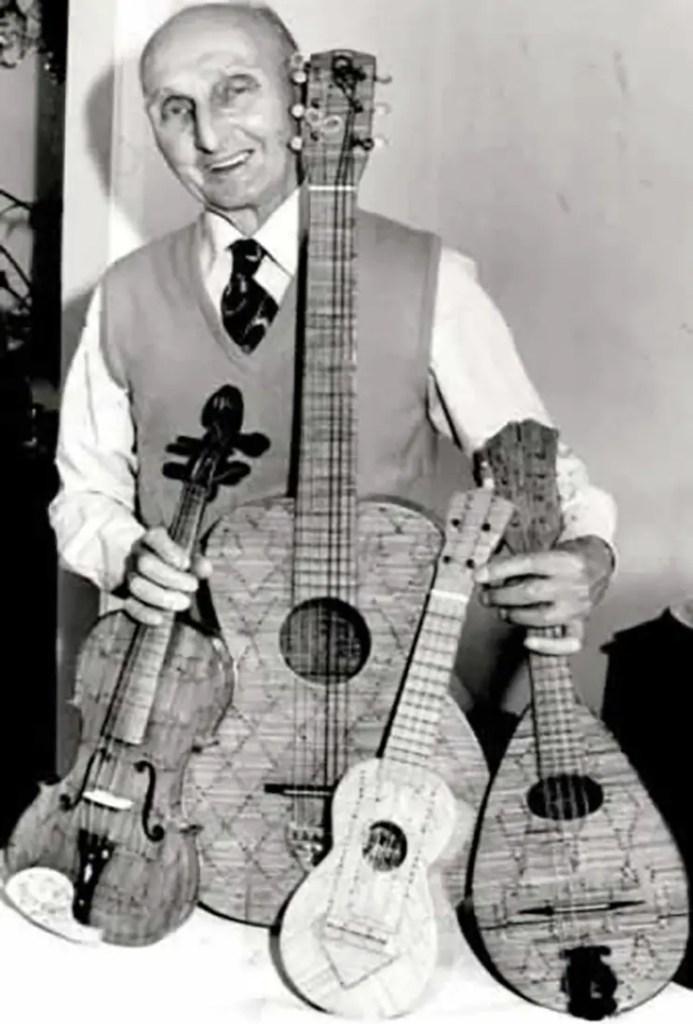 El lutier mostrando varios de sus instrumentos .