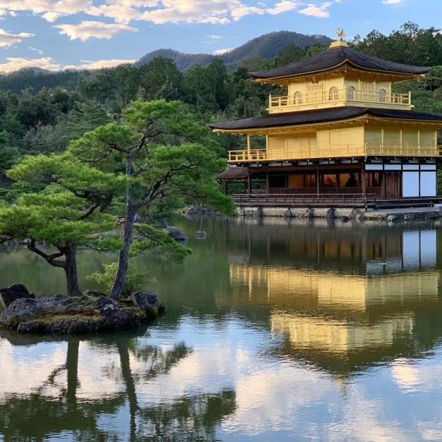 El bello lago que rodea al Pabellón Dorado.