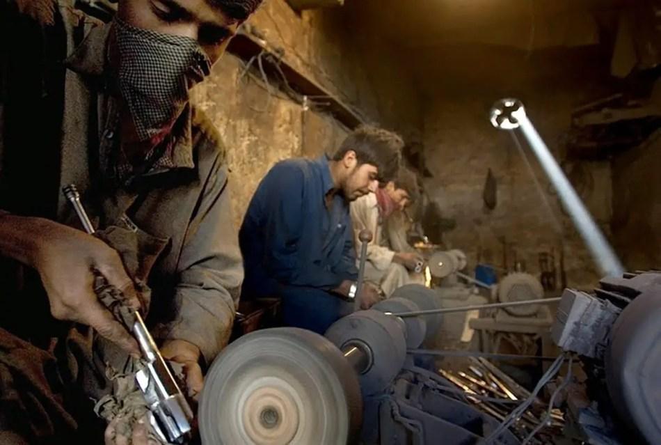 Fabricantes de armas en el mercado de armas de Durra.