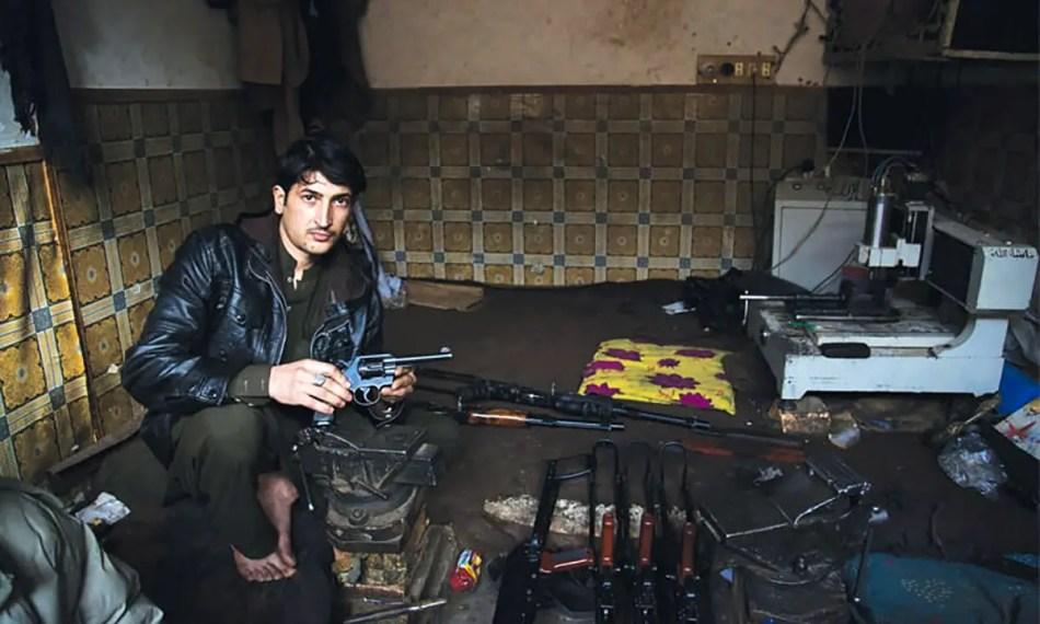Vendedor de armas en el mercado de armas ilegales de Durra.