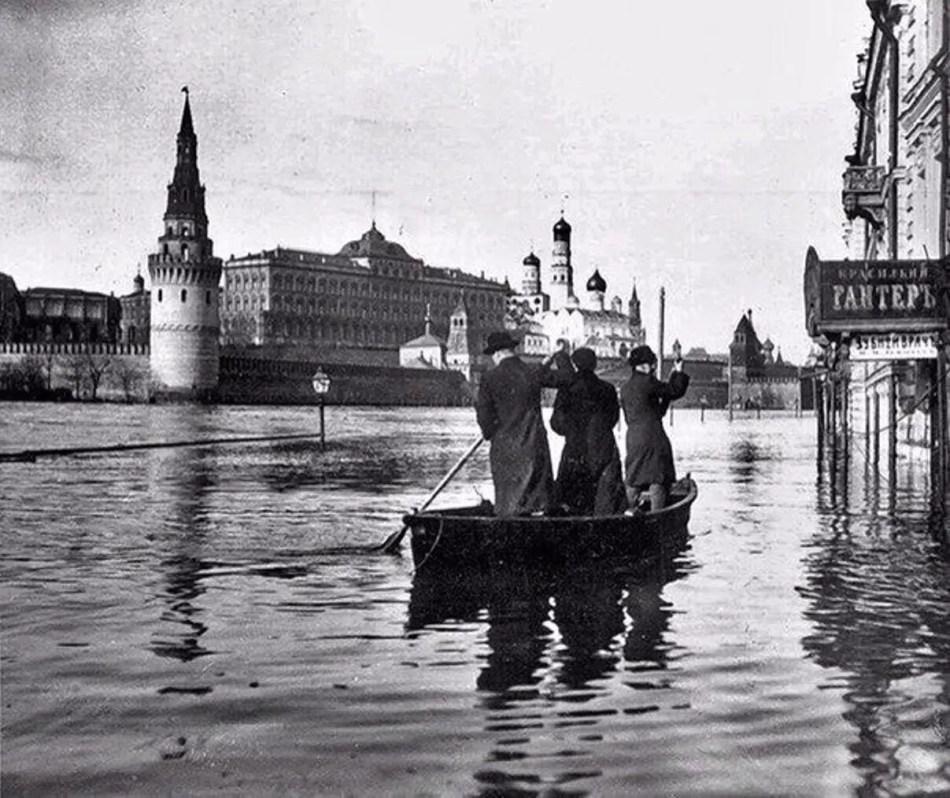 El Kremlin durante la Gran Inundación de Moscú de 1908.