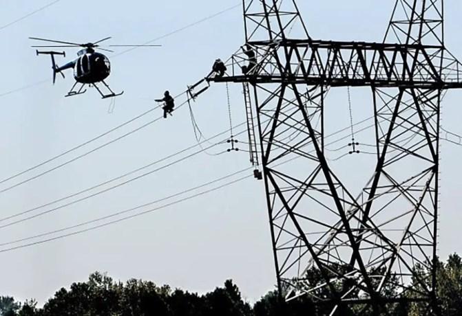 Reparando lineas de alto voltaje desde helicópteros.