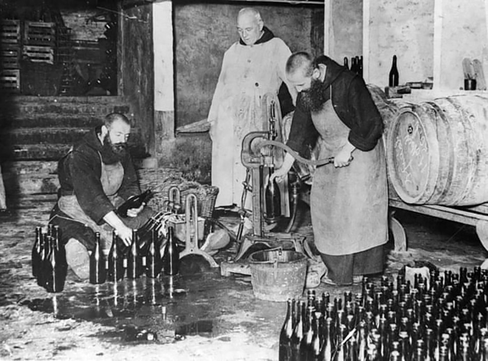 Tres monjes trabajando en la destilería del monasterio.