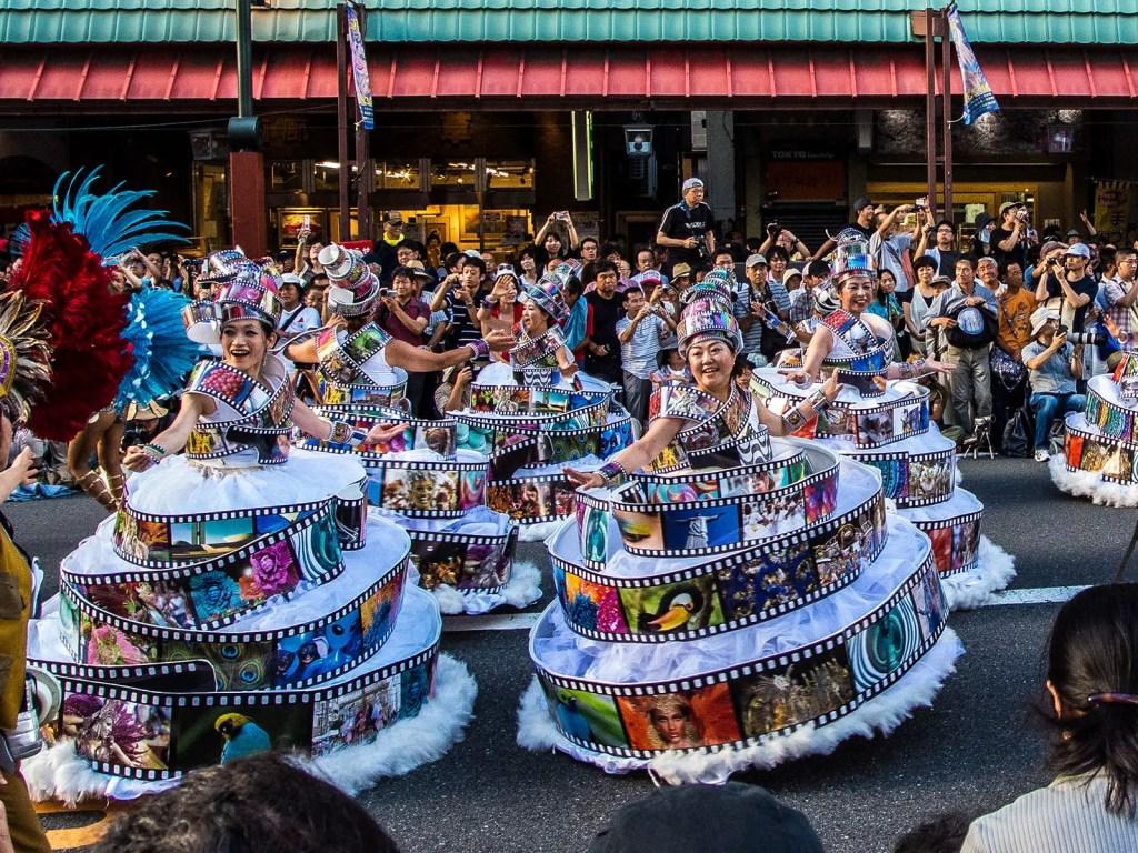 Carroza del carnaval japonés con un motivo cinematográfico.