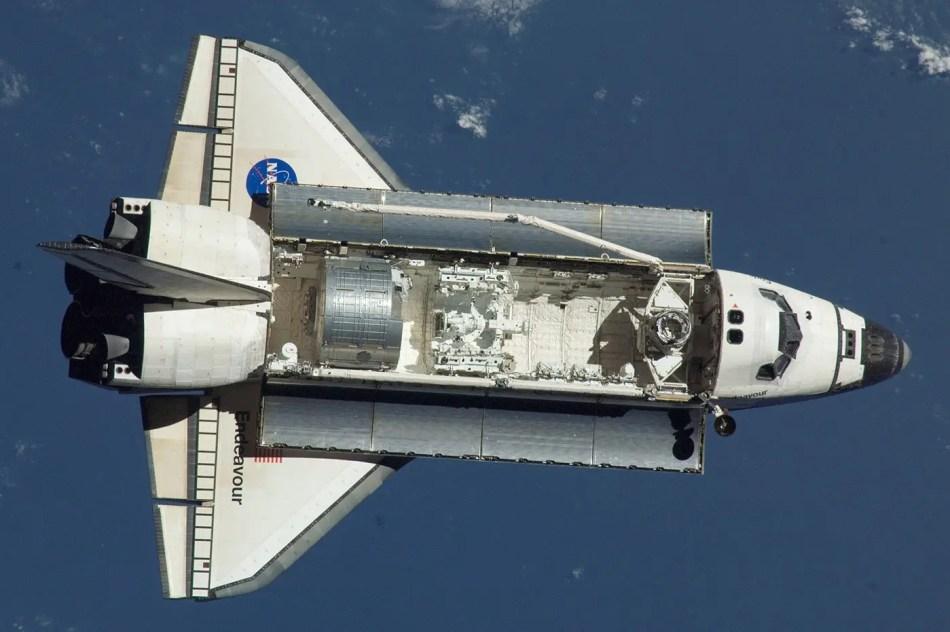 Fotografía del Transbordador espacial de la NASA Endeavour con su bahía de carga abierta.