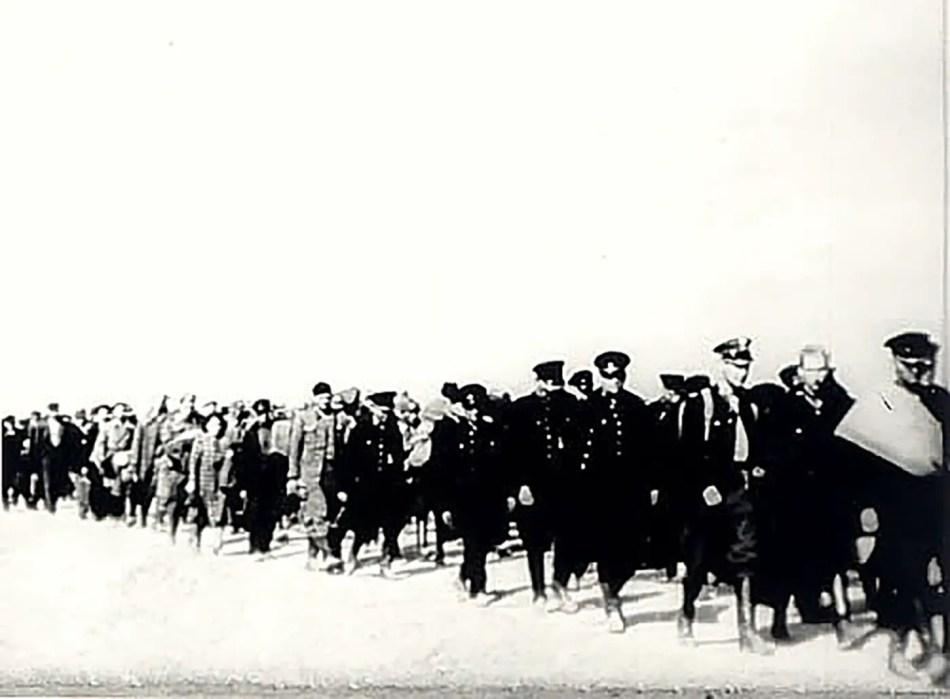 Oficiales polacos marchando tras su derrota.