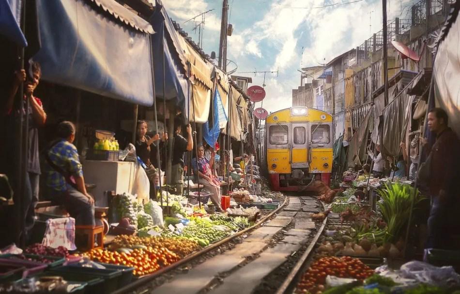 Vemos la cercanía a las vías del tren del mercado de Mae Klong.