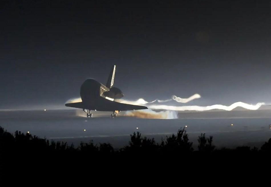 Transbordador espacial Atlantis aterrizando en el Kennedy Space Cente