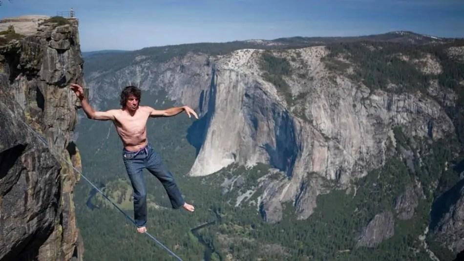 El escalador, acróbata y equilibrista Dean Potter realizando slacklining en el parque Yosemite.