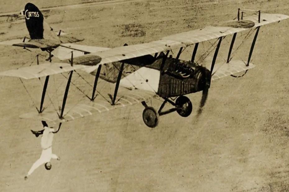 Ormer Locklear colgado de una de las alas de su avión el Curtiss JN-4D.