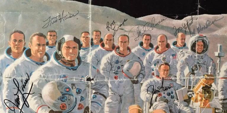 Ilustración de los astronautas de las misiones Apolo junto a sus firmas.
