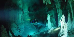 Buceador nadando en una caverna halocina.