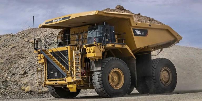 Cómo se reparan los neumáticos de camiones gigantes