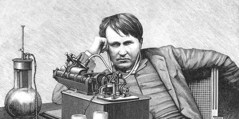 Grabado de Thomas Edison escuchando los sonidos contenidos en un cilindro de cera.