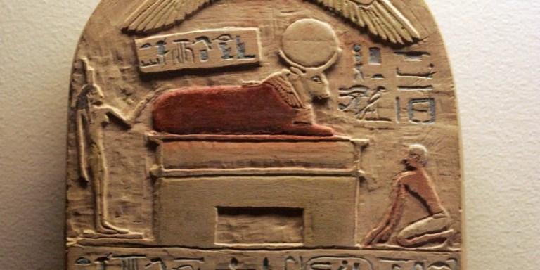Relieve egipcio de la época de Psammetichus I honrando a un toro divino, Apis. Circa 643 a.C. El faraón Pasammetichus intentó determinar cual fue la primer lengua de la historia.