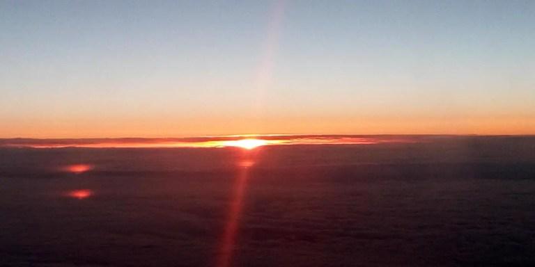 Sol de medianoche en el horizonte.