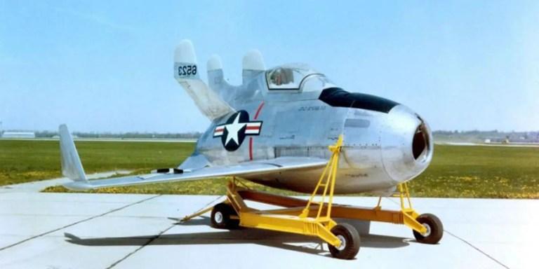 El XF-85 Goblin en su armazón de transporte.