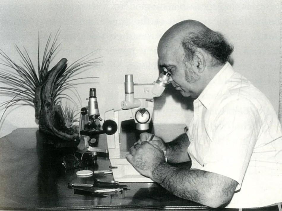 El miniaturista Hagop Sandaldjian trabajando en una de sus micro esculturas. Vemos el microscopio que realizaba para su trabajo y las distintas herramientas de precisión.