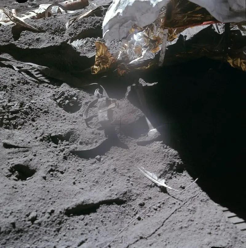 La pluma en la superficie lunar junto al martillo utilizados por Dave Scott durante la misión Apolo 15 para comprobar la teoría de Galileo.