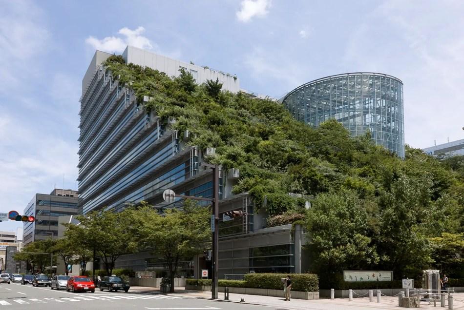Museo y teatro Fukuoka, una de las mejores terrazas verdes o jardines azotea del mundo.