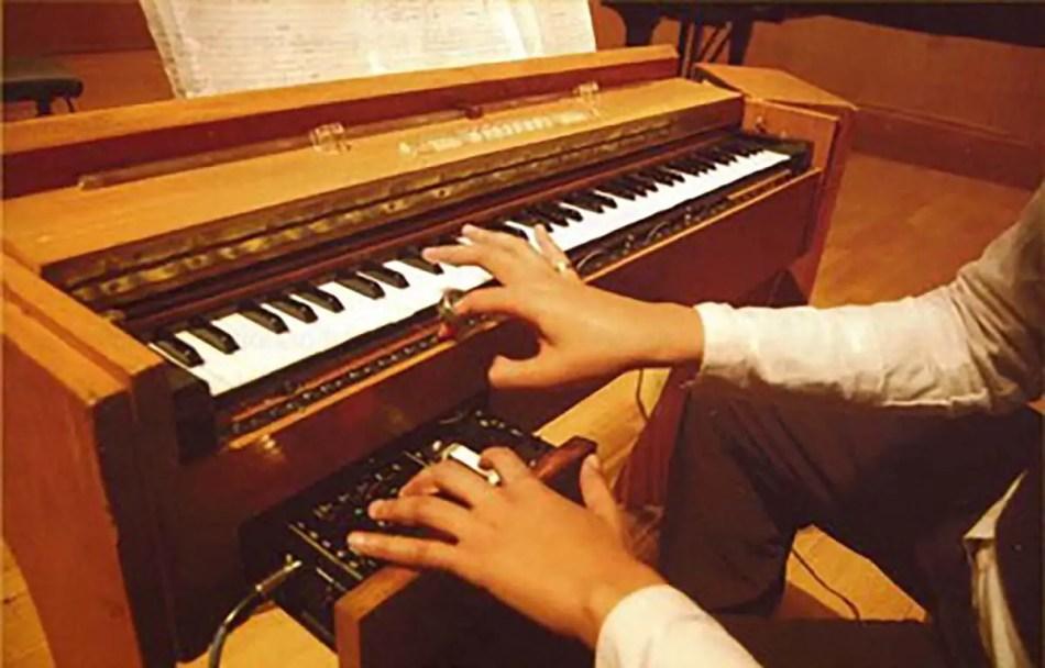Un Ondes-Martenot junto a un órgano electrónico.