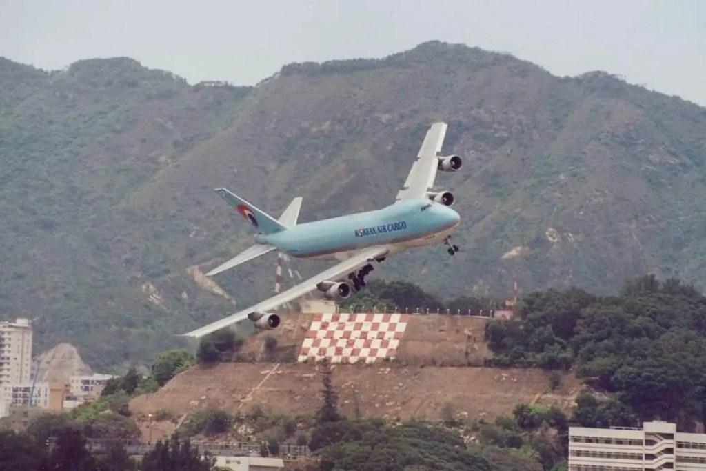 Avión de carga descendiendo en Kai Tak.