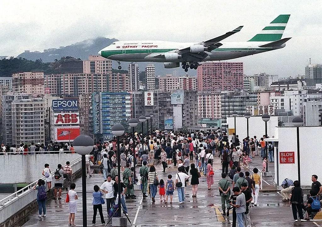 Avión de Cathay Pacific llegando al aeropuerto internacional de Kai Tak.