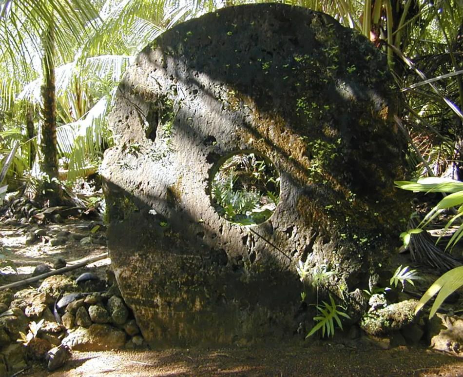 Detalle de una de las más antiguas y grandes rocas de Rai. A pesar de estar dañada, el daño incrementa su valor, ya que representa la historia de la roca.