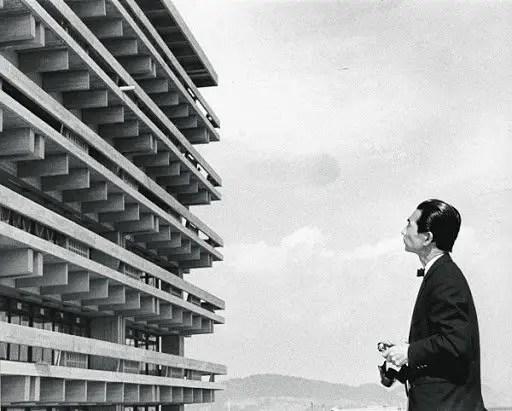 El arquitecto japonés Kenzō Tange fotografiando una de sus obras.