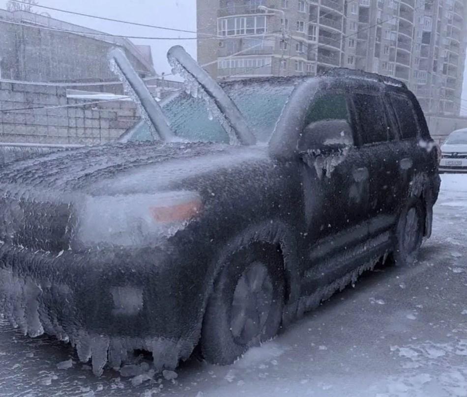 Coches congelados por las lluvias engelantes de Vladivostok.