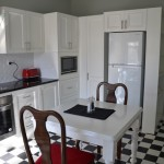 Angas Plains Wines - Glenelg Apartment - kitchen